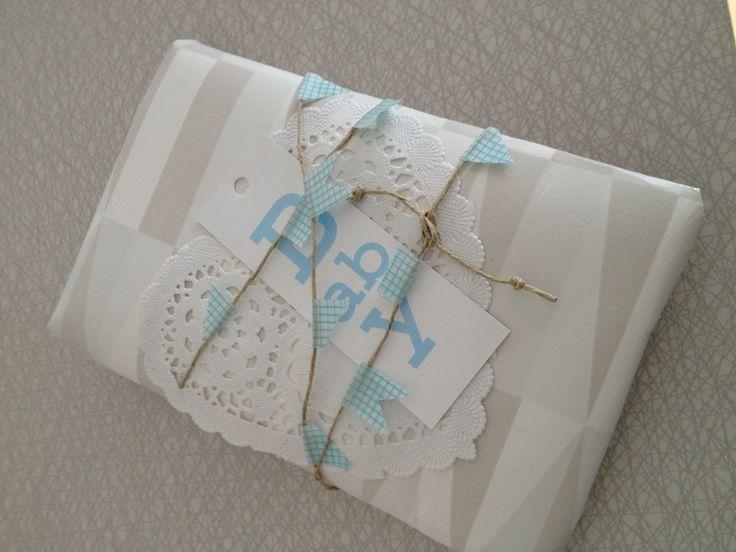 Använt Tapet designad av Sven Markelius, Hampasnöre med vimplar av Washitejp och Hjärtformat tårtpapper.