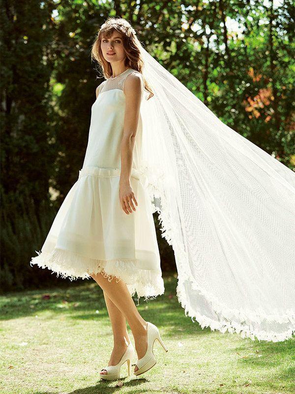 ミニ×ロングベールでガーデンの妖精風 リラックス感漂うローウエストの膝丈ドレス。カジュアルなミニドレスには、花冠×装飾付きのロングベールで花嫁ムードをプラスして。 ドレス¥250,000(オーダー価格)...