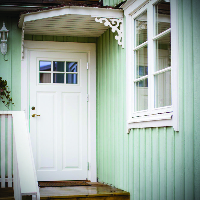 Klassisk vit ytterdörr i modell Ascot 310 G43 SP0:3 och Ekstrands tidlösa Sverige104 träfönster på ett hus med karaktär. #Ekstrands #ytterdörr #ytterdörrar #dörr #door #dörrar #doors #fönster #window #träfönster #klassisk #tidlöst #timeless #arkitektur #architecture #inspiration #hus #house #villa