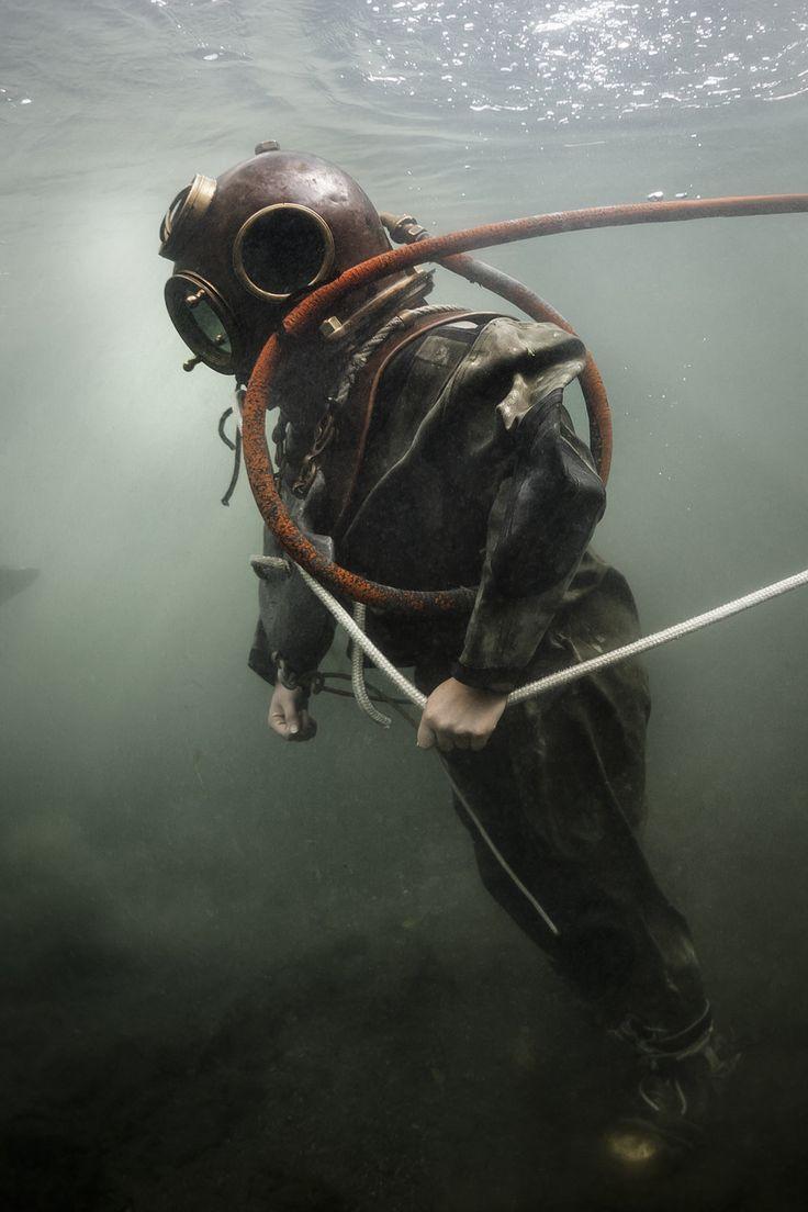 El equipo de buceo requería cuatro personas. El buzo, dos personas entrenadas para activar la bomba de aire y un guía para controlar la seguridad del buzo con una cuerda atada al casco.