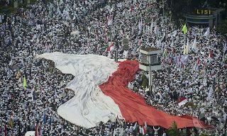 """Apa yang Dimaksud Bendera Merah Putih?  Jakarta - Apakah semua kain berwarna merah putih dapat dianggap sebagai bendera merah putih? Penjeleasan mengenai simbol negara ini sebenarnya sudah jelas disebutkan dalam Undang-Undang Nomor 24 Tahun 2009 tentang Bendera Bahasa dan Lambang Negara serta Lagu Kebangsaan. """"Undang-undang itu menjelaskan apa yang dimaksud bendera di mana dan kapan bendera itu dipasang dan ada ukuran tertentu untuk di lapangan di ruangan di mobil kenegaraan kapal dan…"""