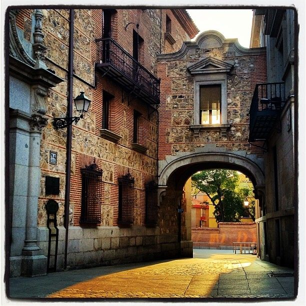 .@secretosdemadrid | Rincones de Madrid...en la Plaza de la Villa encontramos…