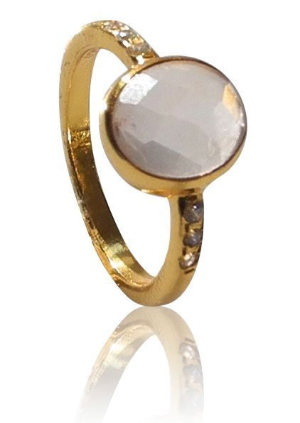 Gold plated silver ring with a rose quartz and 3 cz on each side. DKK 499.
