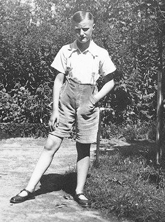 Niño de 12 años bien vestido en un fin de semana de paseo en un parque,esta es la forma correcta de vestir a los adolescentes varones para salir de paseo con pantalón corto y zapatos de correas,así evitaremos la rebeldía de los niños y estarán sujetos a sus padres.