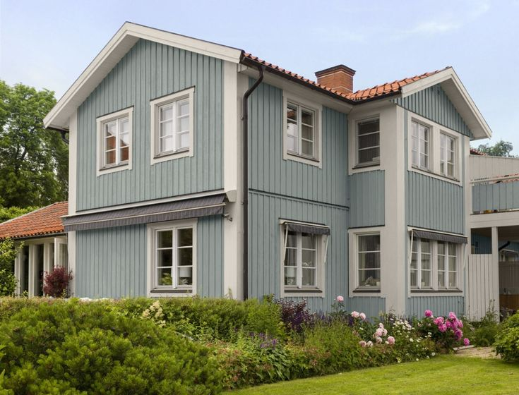 Light blue house painted in color Stoft 072 from Beckers.