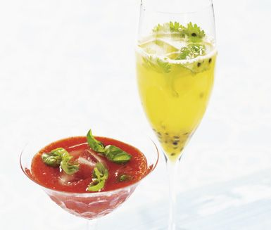 I det här receptet på kryddiga sommardrinkar har de två olika drinkarna både kryddiga och fruktiga smaker. Du gör antingen en härlig jordgubb- och basilikadrink eller en passion- och ingefärsdrink. Båda har läckra och spännande smaker.
