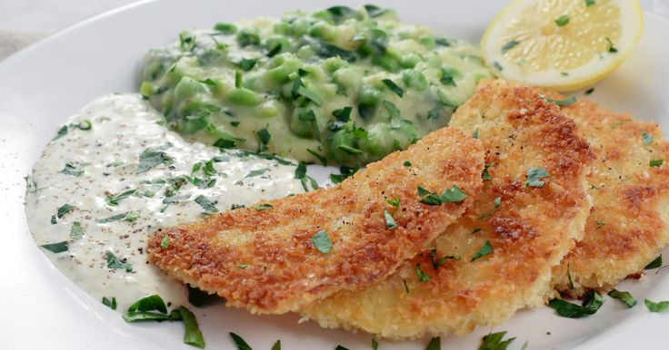 Pankopanerade skivor av rotselleri serveras med grönt potatismos och hemgjord tartarsås. En vegetarisk flirt med klassikern panerad fisk.