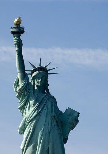 #4 Estatua de la libertad Su nombre original es La libertad iluminando el mundo y fue un regalo de Francia hizo a los Estados Unidos para conmemorar el centenario de la Declaración de Independencia. Años más tarde Estados Unidos devolvería el gesto regalándole a Francia una versión de la misma estatua aunque mucho más pequeña sita en París. La fama de la Estatua de la libertad original como símbolo de Estados Unidos ha eclipsado por completo a la miniatura francesa.