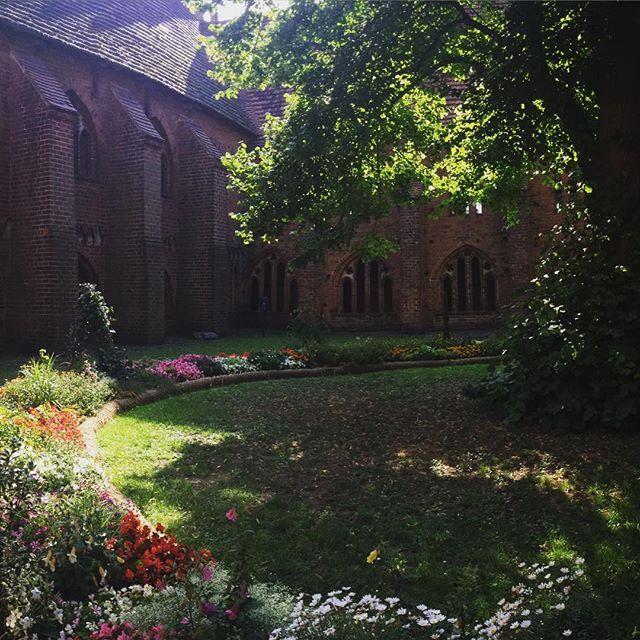 """Es gibt Tage da denke ich mir ich wandere aus und werde Gärtner am Ende der Welt. Oder in der Prignitz.  Und es heißt doch so schön: """"If you have a garden and a library you have everything you need."""" (Cicero)  #beautiful #garden of the #cathedral in my hometown #Habelberg. #traveling #BuGa2015 #Bundesgartenschau #Heimat #latergram #tweetme"""