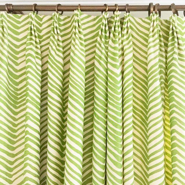 I never grow tired of my @quadrillefabrics panels! #quadrille #lucywilliamsinteriors #lucywilliams #window #windowtreatments #windowpanel #dining #diningroom #diningroomdrapes #interior #interiors #interiordesign #interiorstyling #interiordesigner #norfolkva
