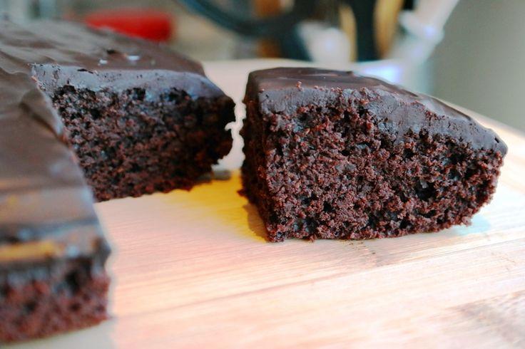 ŞEKERSİZ BROWNİ,Çikolata lezzetine hayır diyemeyenlerin bu tarifi beğeneceğini düşünüyorum. Üzeri için hazırlanan çikolata sosunu düşünerek şeker kullanma ihtiyacı hissetmeden bal ile hazırladığım browniye, istenilen ıslaklığı vermesi için elma rendesi kullanmak çok yerinde bir karar oldu. Browniyi hazırlarken tam buğday unu kullanmayı tercih ettim. Ayrıca yoğun miktarda kakao kullanarak çikolata lezzetini daha fazla hissettirmek istedim…