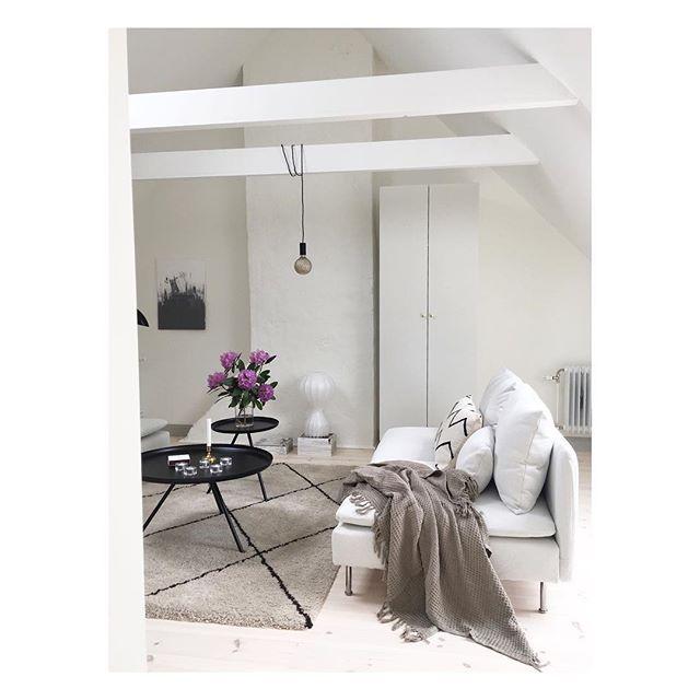 Helstyling av en fantastisk vindsvåning i etage! #stylistkarinbroman #karinochkarin #krutkällarbacken #homestaging #styling #sällskapsrum #vardagsrum #vardagsrumsinspo #livingroom #livingroominspo #inspo #inspiration #interior #interiör #inredning #interior123 #interiordesign #flos #flosgatto#skandiamäklarnavästerås