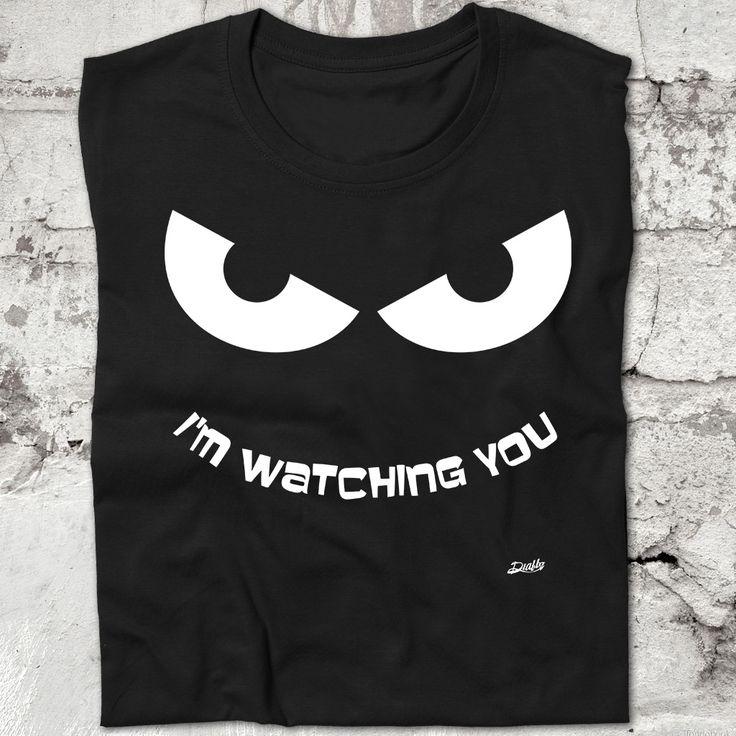 """Camiseta con diseño en el que aparecen unos ojos observando y vigilando en banco sobre negro. Sobre los ojos aparece el mensaje """"I'm watching you"""", """"te estoy observando"""". www.diablocamisetas.com"""