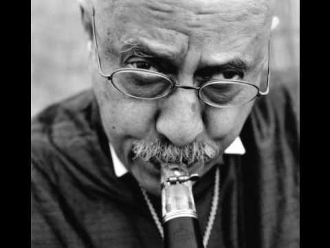 YIDDISH KLEZMER / FREILACH Giora Feidman: The Klezmer's Freilach - YouTube He makes the clarinet laugh.