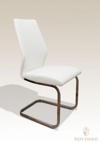Tøff og behagelig Leo spisestol med et moderne design! Mål:Bredde 44 cmDybde 58 cmHøyde 99 cmSittehøyde ca 48 cm Farge:Hvit Materiale:Imitert skinn og understell i krom.