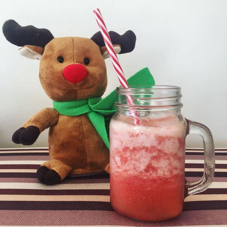 Rodolfo se prepara para Navidad con este refrescante jugo de piña + frutilla. 🎅🏽🍓🍍