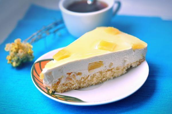 Торт с экзотическими плодами — кокосом и ананасом наверняка понравится любителям легких и необычных десертов. В основе торта тонкий бисквит, а сверху — воздушный мусс с кусочками ананасов. Подробный пошаговый рецепт.