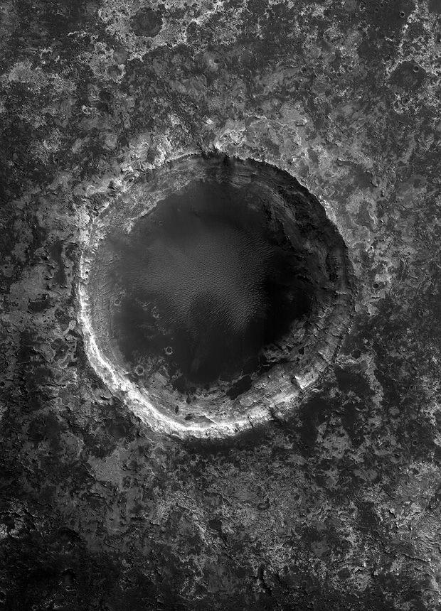 Mars - The Black Planet Impact crater in the layers of the plateau of Mawrth Vallis |  © NASA / JPL / University of Arizona / Hatje Cantz Verlag