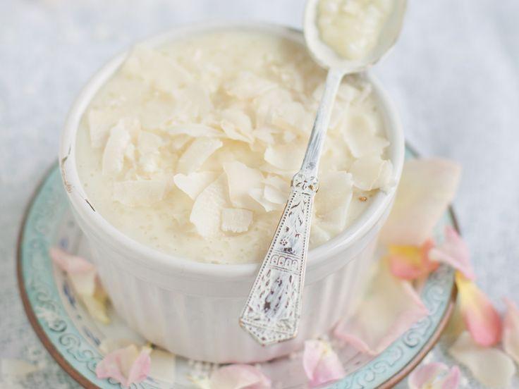 """Le tapioca est l'amidon extrait d'un tubercule, le manioc, aussi appelé cassava ou yucca, qui pousse dans les régions tropicales. Sa fécule est granulée, gélifiée et séchée pour nous donner ces merveilleuses perles aux formes et aux couleurs variées. Longtemps relégué aux oubliettes, le tapioca refait maintenant surface dans le """"bubble tea"""", une boisson rafraîchissante, colorée et très 'tendance', qui nous vient de Taïwan et qui a désormais conquis toutes les grandes villes nord-américaines…"""