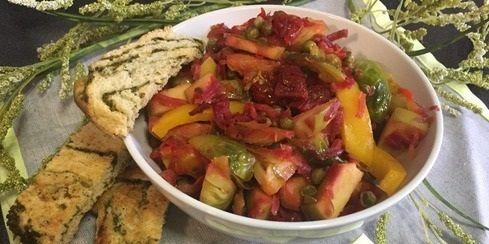 """Теплый салат """"Невада""""   Предлагаем вам попробовать очень вкусный, легкий, полезный салат из тушеных овощей. Этот салат легко готовить, продукты все доступные, очень ароматный и красивый. Угощайтесь.   Ингредиенты:  - капуста брюссельская — 500 гр.  - морковь — 2 шт.  - лук репчатый — 1 шт.  - свекла — 1 шт.  - перец болгарский — 1 шт.  - помидоры (сушеные) — 2 горсти  - горох (замороженный) — 1 упаковка  - яблоко — 1 шт.  - масло растительное  - соевый соус — 3 ст. л.  - уксус…"""