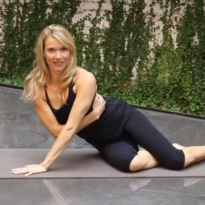 Sexy side-arm push-up - Bridal Bootcamp: 22 Exercises for Toned Arms and Shoulders - Health Mobile+