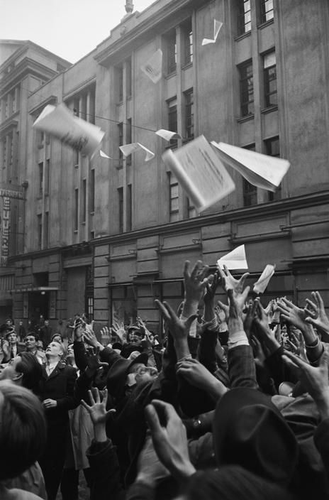 HUNGARIAN REVOLUTION 1956. Outside of the former central office of 'Szabad Nép', crowds try to catch the first edition of 'Függetlenség' (Independence) // photo by Erich Lessing