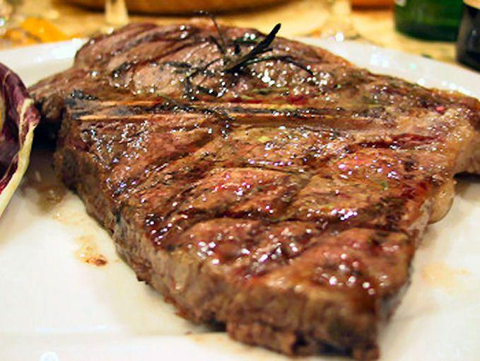 La #Bistecca alla #Fiorentina è un taglio di carne di vitellone o di scottona che ne fa uno dei piatti più conosciuti della cucina #Toscana.  #CicerOOs ha riunito, in un unico punto, oltre 640 #Ristoranti #Toscani dove poter andare ad assaggiare la succulente BISTECCA.  http://www.ciceroos.it/bistecca-fiorentina_toscana