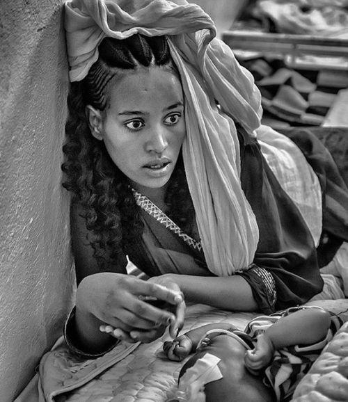 Nikon 100th Anniversary: 100 anni di storie Nel 2016 El Niño ha minacciato 60 milioni di persone in tutto il mondo e l'Etiopia è stato uno dei paesi maggiormente colpiti dalla mancanza di precipitazioni. Insieme alla ONG Ayuda en Acción (Aiuto in azione) il fotografo Ángel López Soto ha documentato i volti e i paesaggi colpiti dalla siccità. In una corsia dell'ospedale di Wucro Angel ha incontrato una madre e il suo bambino che soffriva di polmonite causata dalla malnutrizione. In Etiopia i…