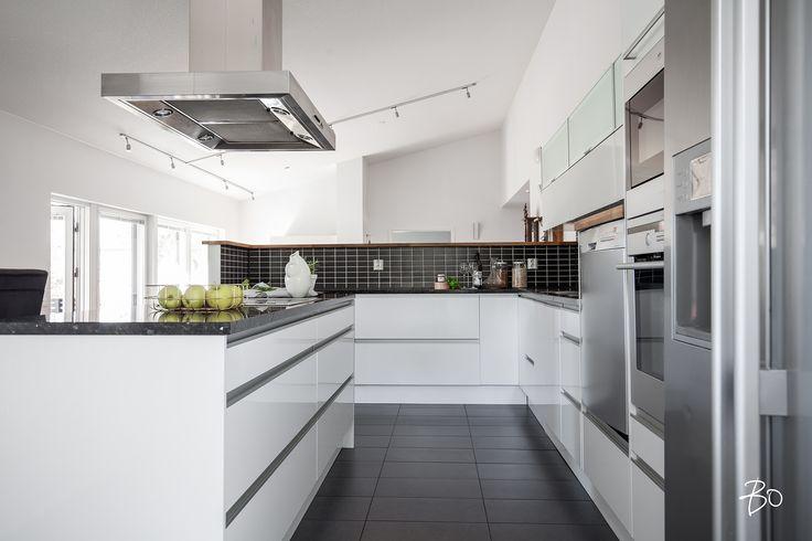 Mustat laatat välitilassa tuovat särmää keittiöön.