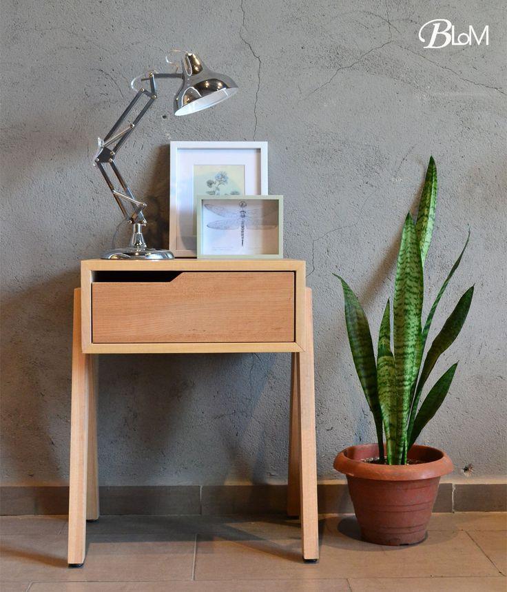 Velador Atril BajoSi quieres marcar tendencia, estos bellos veladores harán lo suyo! Fabricado en Placa enchapada de Lingue, patas en madera de Coihue .