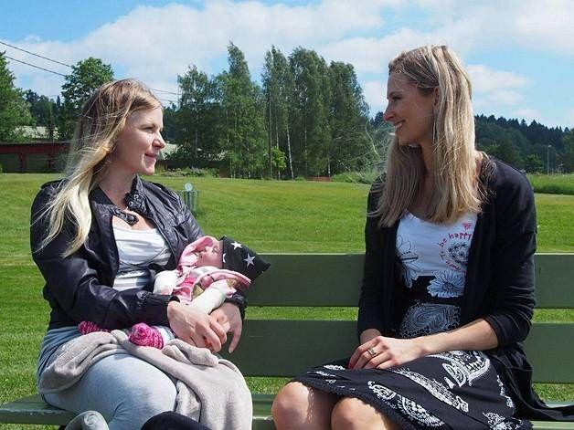Psykologi Leea Mattila auttaa Katria pääsemään yli synnytyspelosta.