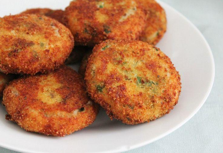 Aardappelkoekjes met makreel Ingrediënten: 1 kilo aardappelen 1/2 gerookte makreel 1/2 bosje peterselie 3 lente-uitjes 1 el sambal zout en peper 2 eieren bloem paneermeel