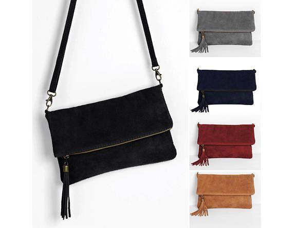 Leder Clutch, kleine Ledertasche mit Fransen Quaste von ImiLoa - Farben (Wildleder): schwarz, dunkelblau, grau, camel braun, hellgrau, Dunkelgrün, Rot  - Die Wildleder Handtasche ist durch einen Reißverschluß zu Öffnen und Schließen. - Die Maße unserer Bestseller Clutch Handtasche sind
