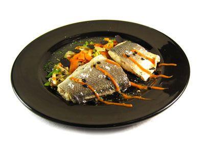 Receta Lomos de lubina asada con verduritas, trufa y salsa de piquillo