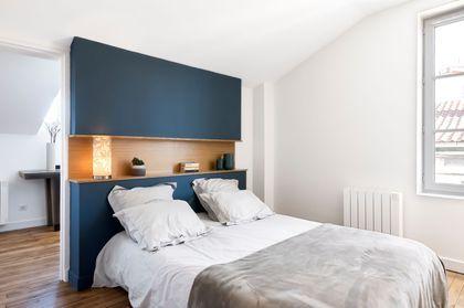 Dans la nouvelle chambre, une tête de lit bleu profond sur-mesure