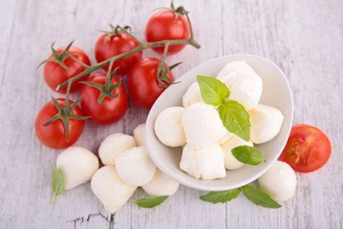 Comment faire des tomates cerises farcies pour l'apéritif ? Découvrez cette recette pour préparer de délicieuses bouchées apéritives de tomates cerises farcies à la mozzarella. Une recette facile pour un apéritif réussi !