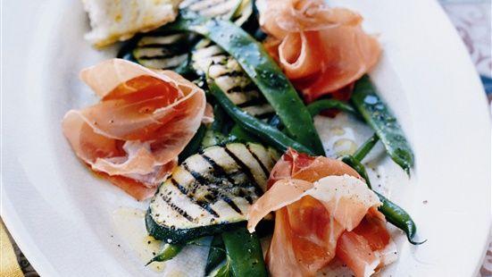 Koka bönorna  och ärtorna nätt och jämnt mjuka i saltat vatten i en kastrull. Kyl dem i kallt vatten och låt rinna av.  Pensla zucchiniskivorna med olivolja och grilla dem ett par minuter på båda sidor.  Vispa ihop vinäger och olja i en skål. Vänd ner bönor, ärtor, zucchini och persiljeblad i vinägretten. Smaksätt med salt och peppar.  Servera de marinerade grönsakerna med prosciutto.