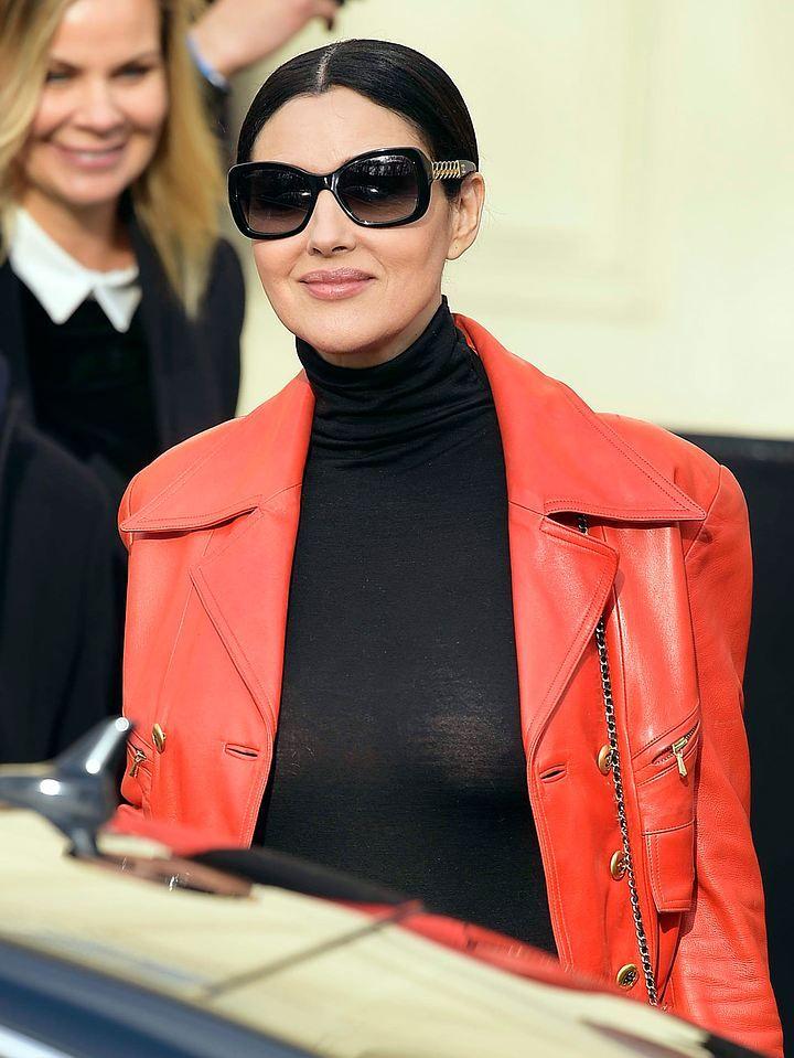 51-летняя Моника Белуччи пришла на Парижскую Неделю моды в облегающих лосинах и без нижнего белья