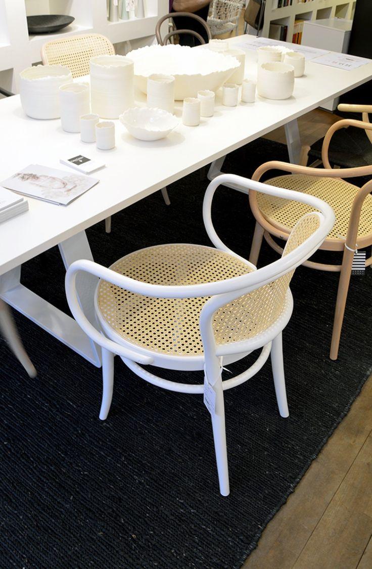 Ton Chair 33 med flätad rygg/sits | Olsson & Gerthel fast i svart.