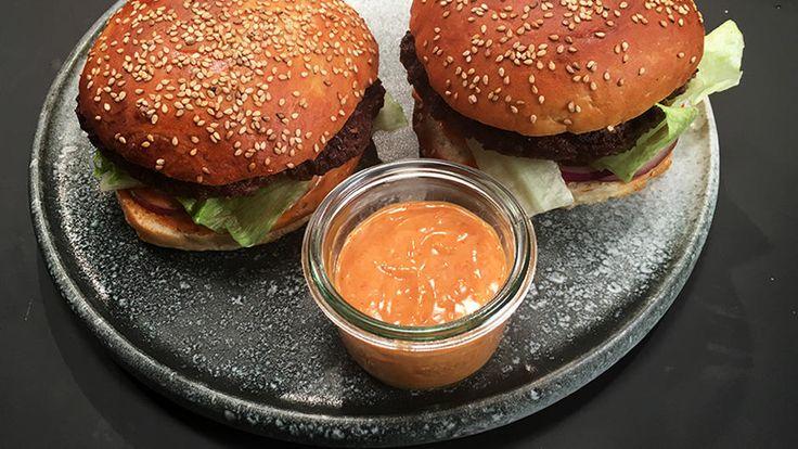 Opskrift på hjemmelavet burgerdressing af Adam Aamann. Lav hjemmelavede burgere med lækker burgerdressing. Tilbehør til burger.