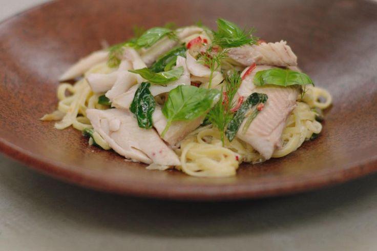 De familie van forellen is behoorlijk uitgebreid. De vis is wereldwijd bekend en de forelsoort die we bij ons eten is meestal een gekweekte zoetwatervis. De regenboogforel is de meest bekende soort. Jeroen stoomt de vis en serveert er een romige dunne lintpasta bij met fijne spinazie, limoen en mascarpone. Serveer bovenop de forel met pasta wat verse groene kruiden.