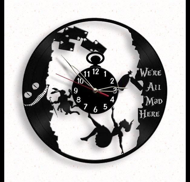 ** Surtout pour les fans de #Alice in #wonderland! ** Cette horloge est un cadeau unique pour les fans de Alice in wonderland - pour vous ou vos amis, enfants ou parents.  L'horloge de vinyle est...