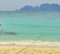 Al ritorno da un viaggio, specie da un viaggio in una terra lontana e tanto diversa da quella in cui vivi, le sensazioni sono diverse e strane. C'è un approccio diverso alla quotidianità che rivivi dopo un periodo fuori, vedi le cose in maniera diversa. Lo so, è una frase fatta... ma è la verità. Rientro ora da un lungo viaggio in un paese lontano anni luce dalla nostra cultura e modo di vivere. La Thailandia mi ha intrigato proprio per la sua enorme diversità e per i paesaggi mozzafiato…