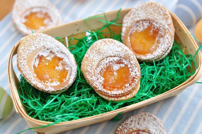 Пасхальные пирожные: [b]Чтобы приготовить пасхальные пирожные, вам понадобится: [/b]  консервированные абрикосы   [i][b]для бисквита:[/b][/i]  куриные яйца – 3 шт.