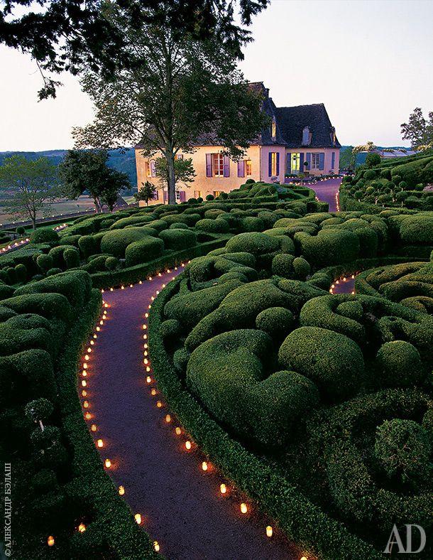 По вечерам извилистые дорожки, ведущие сквозь стриженую зелень к дому, освещаются фонариками — чтобы гости не заблудились.