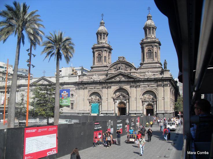 Na praça das Armas , encontra-se a Catedral de Santiago.