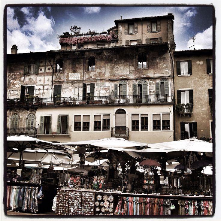 Verona, piazza delle Erbe. Bancarelle.