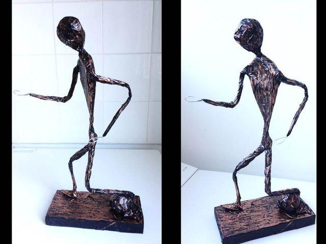Te mostramos paso a paso cómo hacer una escultura o figura de alambre y papel, usando cinta de enmascarar y alambre.