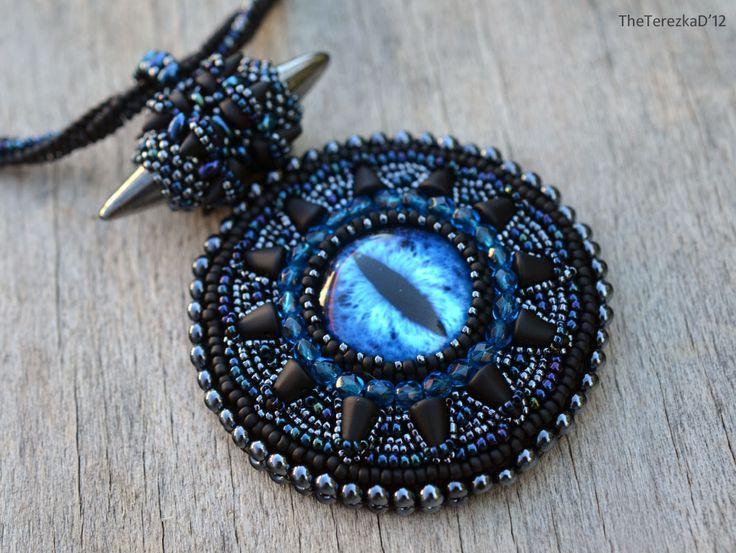 Šitý náhrdelník se spiky a dračím okem