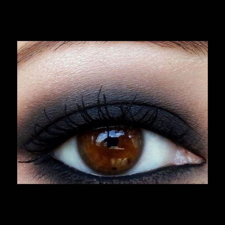 Gris charbonneux—Difficile de donner plus d'intensité au regard qu'avec un maquillage charbonneux. On applique un gris foncé sur toute la paupière mobile en l'étirant avec un fard bronze, puis un doré clair, qui fait le point de lumière sous la ligne des sourcils. Un trait de khôl à l'intérieur de l'œil et du mascara épaississant viennent parfaire ce smoky eyes de soirée. Pinterest: http://fr.pinterest.com/pin/466474473880311751/